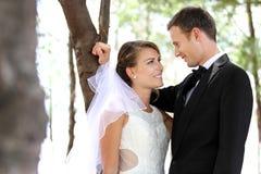 Jong jonggehuwdepaar die elkaar veel liefs staren Royalty-vrije Stock Foto's