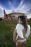 Jong Kaukasisch engelenmeisje bij coliseum Royalty-vrije Stock Foto