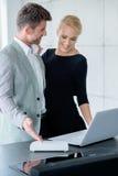 Jong Kaukasisch Paar die Getoonde Laptop kijken Royalty-vrije Stock Afbeeldingen