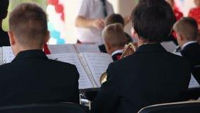 Jong kerelsspel op blaasinstrument in orkest stock video