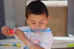 Jong kind bij het park Royalty-vrije Stock Afbeeldingen