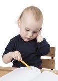 Jong kind bij het schrijven van bureau royalty-vrije stock afbeeldingen