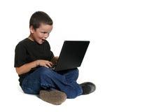 Jong Kind dat aan Laptop Computer werkt stock afbeeldingen
