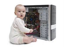 Jong kind dat aan open computer werkt royalty-vrije stock fotografie
