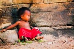 Jong kind dat alleen in Kambodja kijkt Royalty-vrije Stock Fotografie