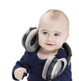 Jong kind dat met oortelefoons aan muziek luistert royalty-vrije stock afbeelding