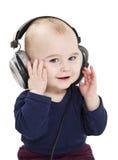 Jong kind dat met oortelefoons aan muziek luistert royalty-vrije stock fotografie