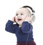 Jong kind dat met oortelefoons aan muziek luistert royalty-vrije stock afbeeldingen