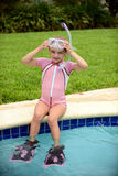 Jong kind en pool stock fotografie