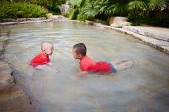 Jong Kind het Spelen buiten in de stroom stock foto's