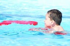 Jong kind het zwemmen Stock Afbeelding