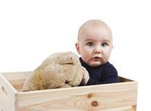 Jong kind met stuk speelgoed in houten doos stock afbeelding