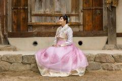 Jong Koreaans meisje, bruid in hanbok het wolking in het park stock afbeelding