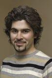 Jong krullend knap mensenportret Stock Foto