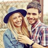 Jong lachend paar in liefde openlucht Royalty-vrije Stock Afbeeldingen