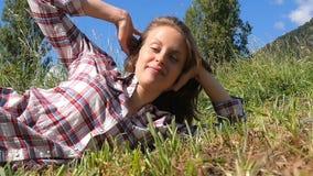 Jong landbouwbedrijfmeisje die in een gebied liggen stock footage