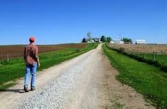 Jong landbouwer geleid huis royalty-vrije stock foto's