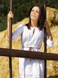 Jong landmeisje dichtbij achter oude ijzerstaven Stock Foto's
