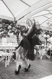 Jong lang meisje in elegante kleren, die in koffie rusten zwart Royalty-vrije Stock Foto's