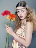 Jong langharig meisje met bloemen Royalty-vrije Stock Afbeelding