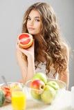 Jong leuk meisje met grapefruit Royalty-vrije Stock Afbeeldingen
