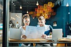 Jong leuk paar die het menu in bakkerij bekijken royalty-vrije stock afbeeldingen