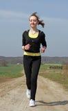 Jong lopend meisje op zwarte Royalty-vrije Stock Fotografie