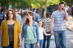 Jong mamma die door de hand met glimlachend meisje lopen royalty-vrije stock fotografie