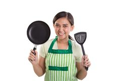 Jong mamma die keukenmaterialen geïsoleerd portret tonen stock afbeelding