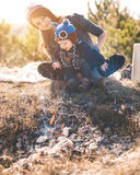 Jong mamma met jong geitje op de bergen Stock Foto