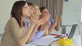 Jong managersapplaus op het kantoor stock video