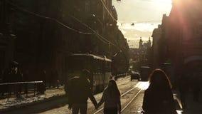 Jong manier elegant modieus paar die en handen op straten van Europese stad in de winterochtend lopen houden Lvivstad stock footage