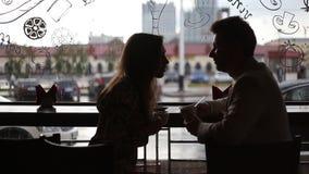 Jong manier elegant modieus paar in een koffie stock videobeelden