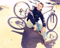 Jong manier openluchtportret van het jonge gebaarde hipster stellen in de zomer royalty-vrije stock foto