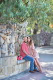 Jong manierpaar van minnaars bij begin van liefdeverhaal - de Knappe man fluistert kussen in mooi vrouwenoor - Royalty-vrije Stock Foto