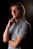 Jong mannelijk model over zwarte achtergrond stock foto