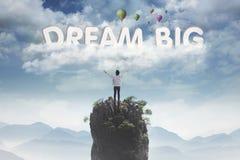 Jong mannetje die groot tekst van droom bekijken stock foto's