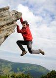 Jong mannetje die op een klip beklimmen Royalty-vrije Stock Afbeelding