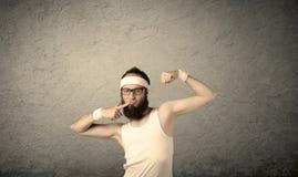 Jong mannetje die spieren tonen stock foto's