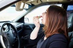 Jong meisje in autolippenstift Stock Afbeeldingen