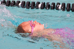 Jong Meisje /Backstroke in Pool Royalty-vrije Stock Foto