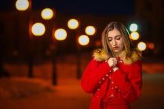 Jong meisje bij de achtergrond van een nachtsteeg stock foto's