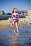 Jong meisje bij de meerbuurt Stock Foto's