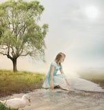 Jong Meisje bij een Beek Stock Fotografie
