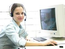 Jong meisje bij helpdesk 2 Stock Foto's