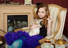 Jong meisje bij het beeld van Alice in Sprookjesland Stock Foto's