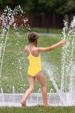 Jong Meisje bij het Stootkussen van de Plons Stock Foto's