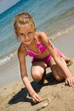 Jong meisje bij het strand Stock Foto