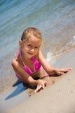 Jong meisje bij het strand Royalty-vrije Stock Foto's