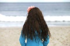 Jong meisje bij het strand. Stock Foto